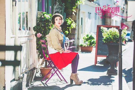 郭采洁文雅红裙街角享用阳光