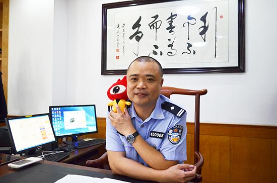 图为彭晓峰接受新浪广西采访。