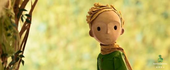 新浪娱乐讯 近日,由法国On Entertainment和中国基美影业联合出品的3D动画影片《小王子》,发布了一只特意为中国观众特别制作的视频特辑,影片导演马克奥斯本、女主角的配音演员麦肯芝弗依向中国观众贴心地送上了六一节祝福,影片中那只呆萌的小狐狸也惊喜出镜向中国粉丝和观众问好,让这支来自小王子给中国观众的儿童节祝福显得极为暖心体贴,可爱爆棚。   《小王子》主创祝福六一可爱爆棚 导演携女主角、小狐狸惊喜出镜   六一儿童节当天,由法国On Entertainment和中国基美影业联合出品