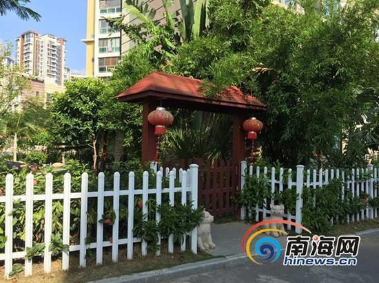 别墅业主将绿地变成私人花园(三亚新闻网记者刘丽萍摄)