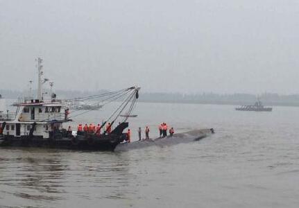 专家指天气、客船性质等多种原因致沉船搜救困难