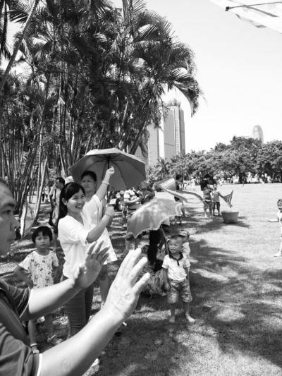 许多家长带孩子到万绿园过儿童节
