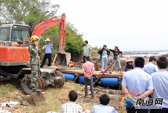今年4月17日,执法人员强拆违建渔排时,遭到多人现场抗法。