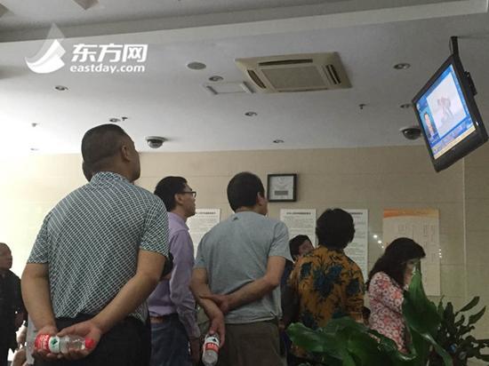 现场唯一的一台电视机下站满了面色紧张的家属,屏幕上的每一个画面牵动着他们的心