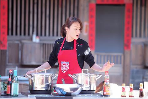 叶一茜做菜忙碌