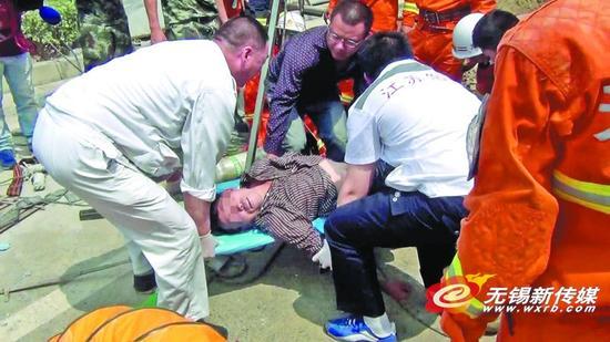 昨日,一男子被困一污水窨井中,幸得消防员赶到被救出井外