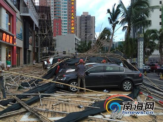 京华城脚手架倒塌砸到下方的汽车(南海网记者高鹏摄)