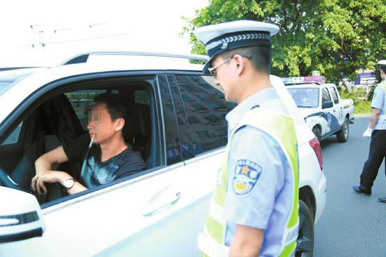5月31日,遂宁交警针对开车抽烟现象进行整治行动。
