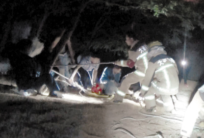 消防员正在救护被困女子。