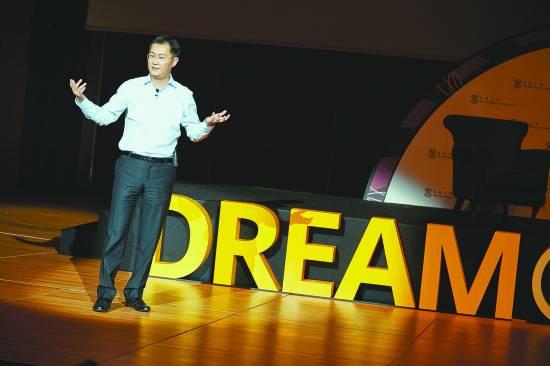 """腾讯公司CEO马化腾在香港大学""""追梦者""""论坛进行主旨演讲。香港大学供图"""