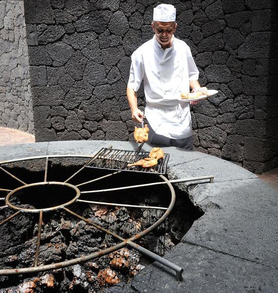 西班牙厨师火山口做料理。