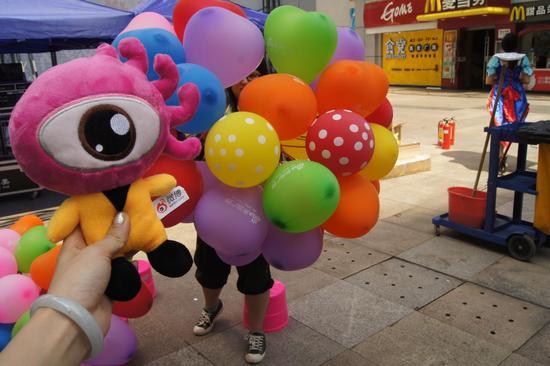 """新浪广西现场派发""""欢乐购车季""""气球,吸引许多观众"""