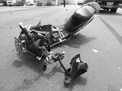 与小货车相撞的电动车