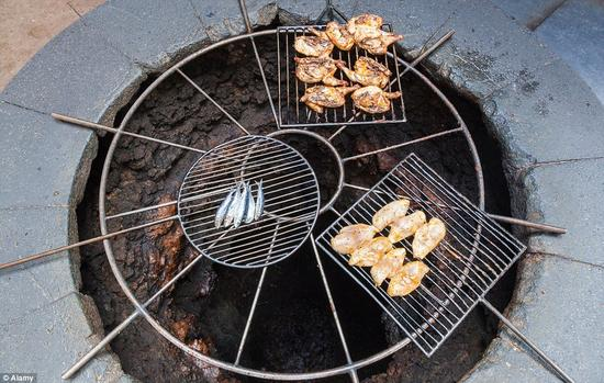 这家恰如其名的恶魔餐厅(El Diablo)位于蒂曼法亚国家公园,游客在此享用美食,四面火山的全貌可尽收眼底。