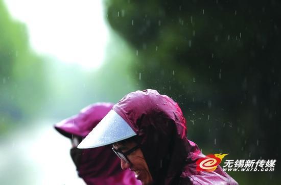 昨日,市民冒雨出行。 商报记者宦玮/摄