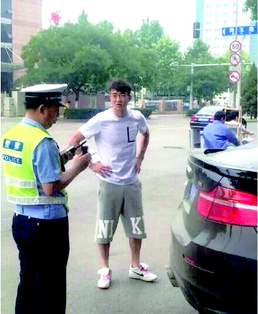 网友爆出戴琳驾车被查。