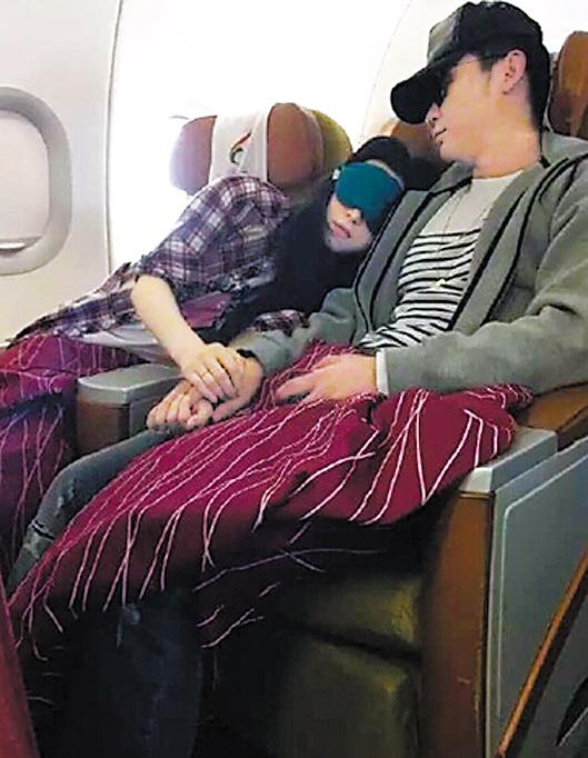 李晨范冰冰飞机上依偎而眠