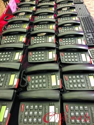 广东警方展示侦破的跨境电信诈骗案中缴获的作案电话。