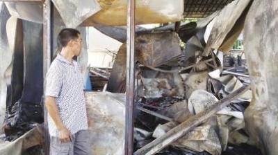 老吴看着被烧毁的家,心痛极了