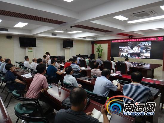 王路副省长一行到海南省考试局国家考试省级指挥中心,通过视频监控系统召开了全省高考、会考考试安全工作视频会。(海南省考试局供图)