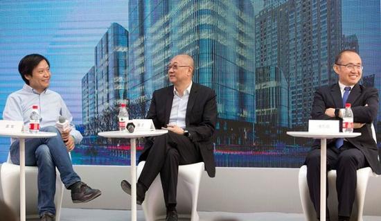小米科技董事长雷军、万通控股董事长冯仑与SOHO中国董事长潘石屹(从左至右)