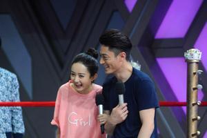 霍建华与赵丽颖现场玩两人三足游戏