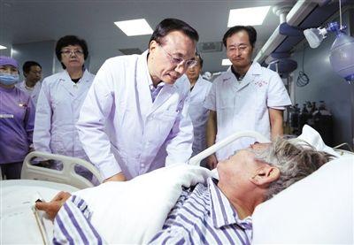 """昨日,在湖北省监利县人民医院,李克强看望65岁的获救老人,说""""我看着你被救起来的""""。据中国政府网"""