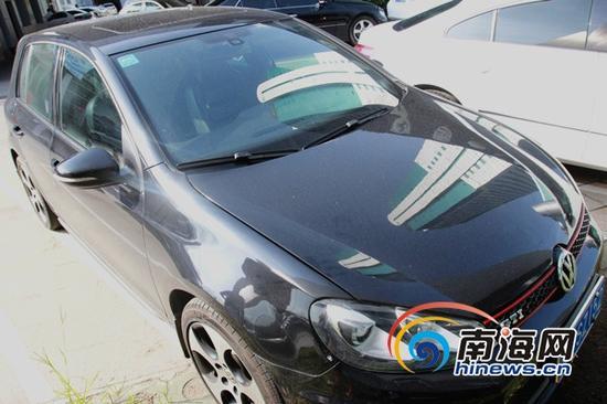 王先生在车王认证二手车超市购买的大众GTI汽车(南海网记者陈望摄)