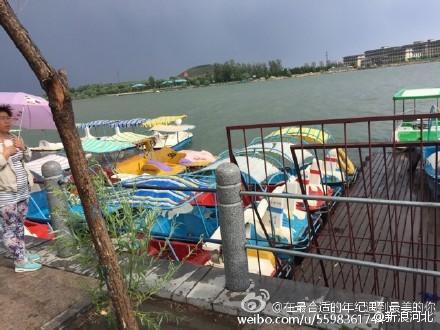 石家庄汊河码头大风刮翻游船 6人落水
