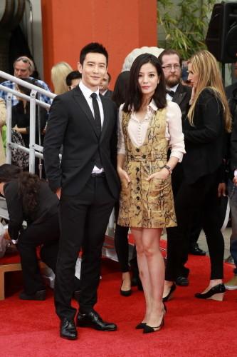新浪娱乐讯 黄晓明、赵薇在好莱坞中国剧院门前走红毯,并在这里举行了按手模仪式。 郑福德/摄影