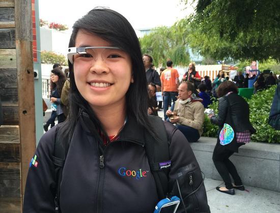 这个来自美国德州的妹子依然每天戴着谷歌眼镜