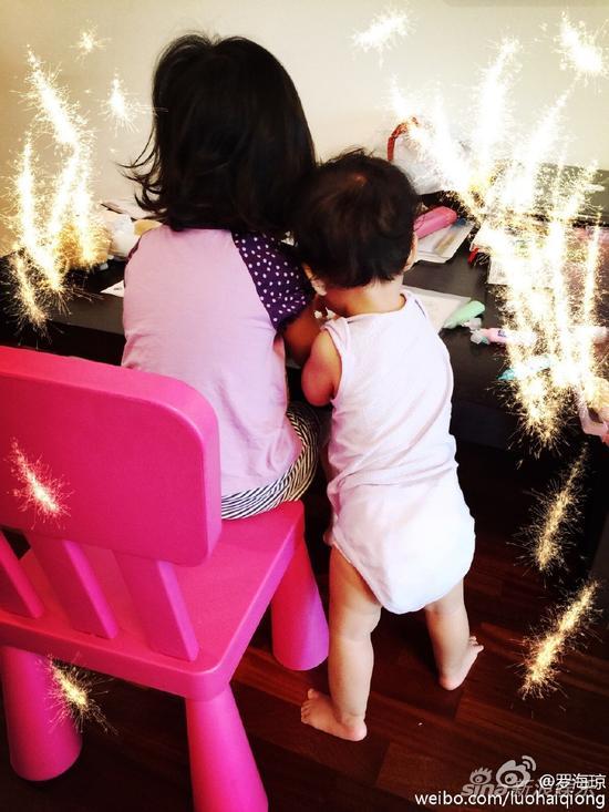 罗海琼俩女儿一起玩耍