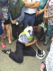 协警杨凤被打倒在地