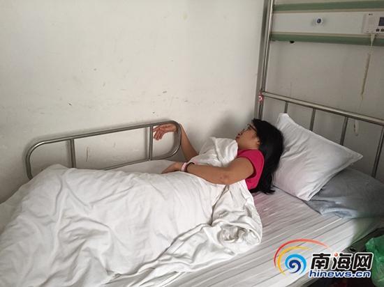 4日下午,吴护士躺在床上,翻身都很困难。