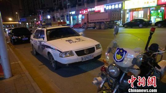 开来吃宵夜的警车同样违规停放,无人贴单。