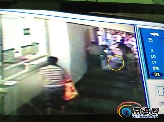 海口市妇幼保健院监控视频显示,画圈处为已经被打了摔倒诊室外的吴护士。