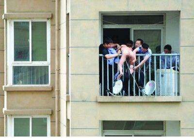 民警救下裸体男子