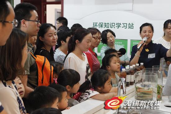 慈济的义工为前来参观的家长、孩子讲解环保知识