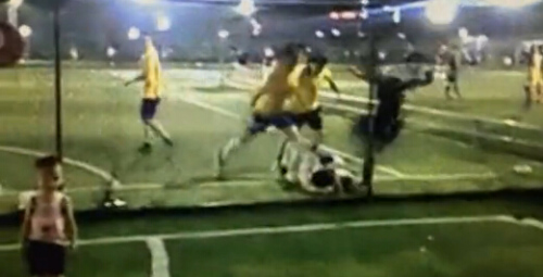 图为三人在踹倒在地上的球员,不远处还有一名儿童。