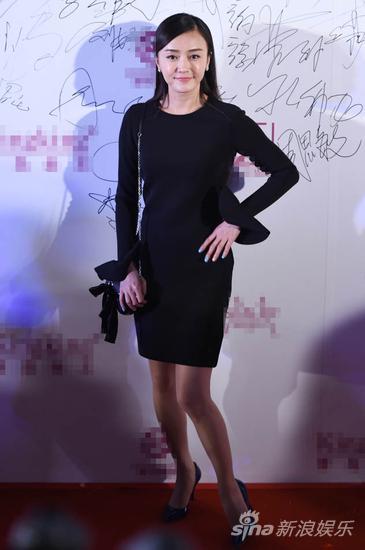 一身黑色修身连衣裙