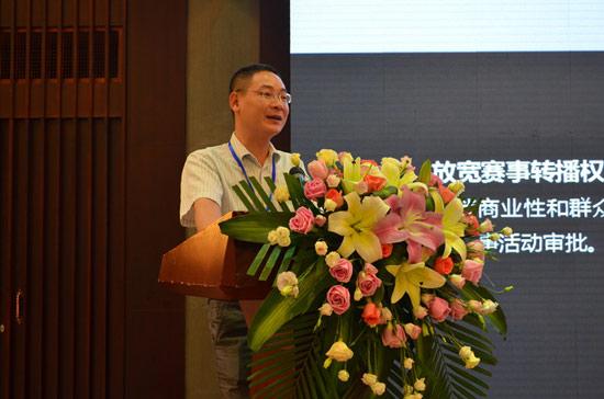 城围联体育投资发展有限公司覃勇刚副总经理对城市围棋联赛进行介绍