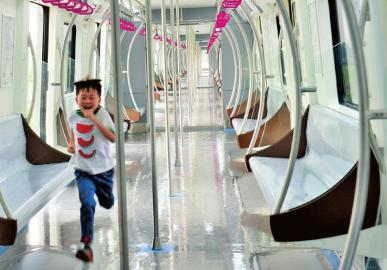 三号线列车的扶手不再是直线型,而是类似拱形门的形状。