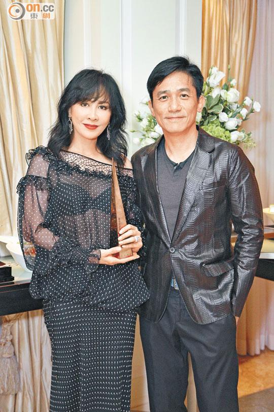 刘嘉玲手拿舞台剧最佳女主角奖座,与老公梁朝伟恩爱在场内合照。