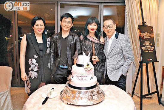 英皇老板杨受成(右)与太太陆小曼(左)为刘嘉玲、梁朝伟一起切蛋糕。