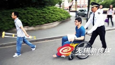 太湖高中考点,一名腿部受伤的考生坚持参加考试。(悟常 摄)