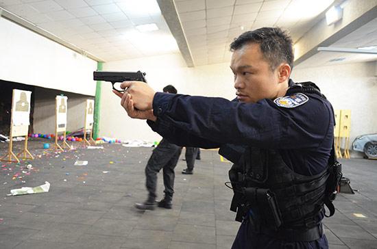 """因为执着所以优秀——刘瑞长。图为""""左手拐""""神枪手刘瑞长"""