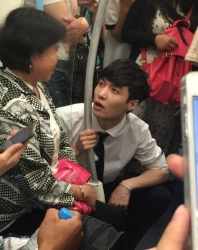 张艺兴地铁上向大妈抱怨