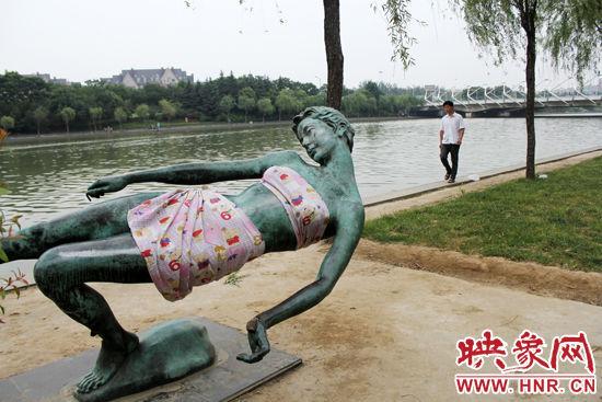 女雕塑被袭胸 市民为其裹床单遮羞