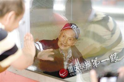即将要回到阔别80年的故乡,曹廷明显得十分激动,坐在火车里与送行人挥手告别。