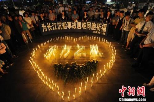 山西太原市民自发聚集,祭奠长江沉船事故遇难者。韦亮摄
